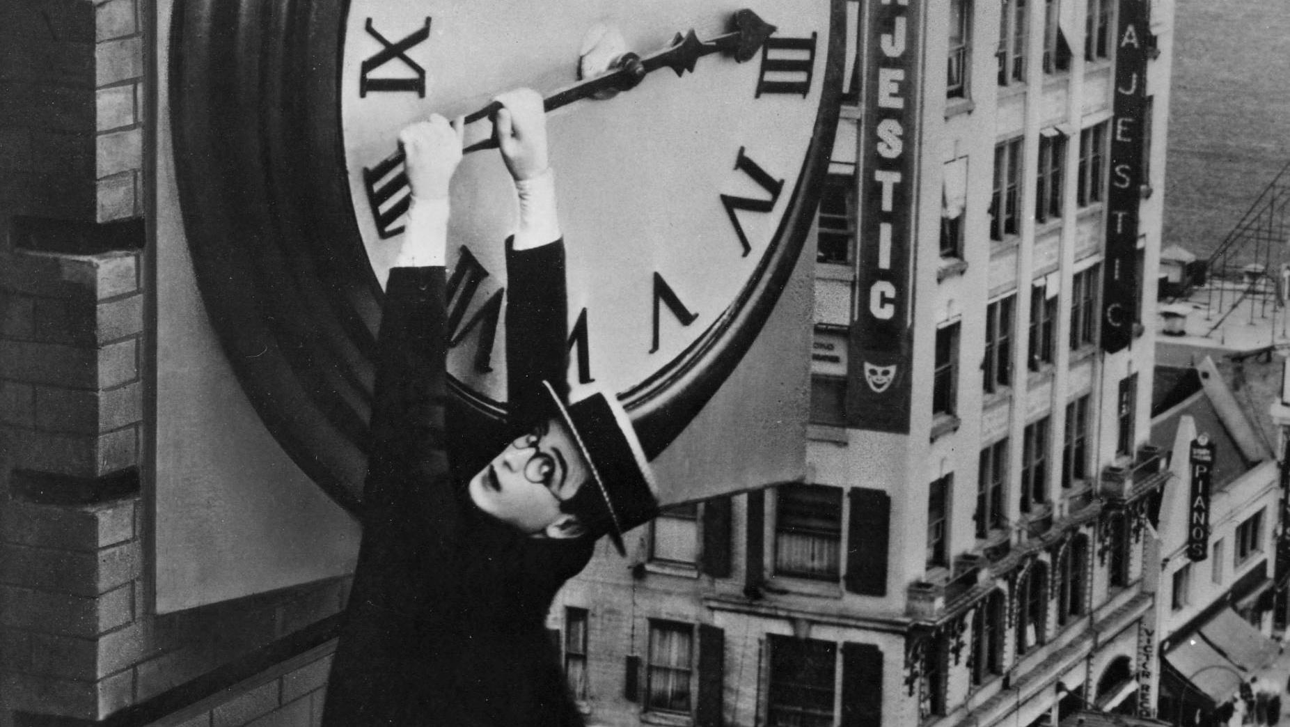 Keaton pendurado no relógio
